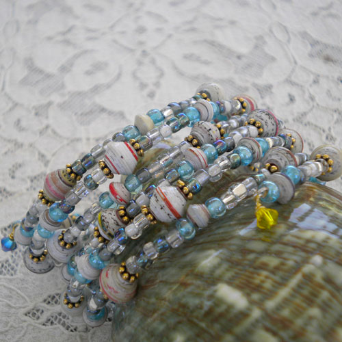 Paper beads in 5-7 mm mixed with seed beads